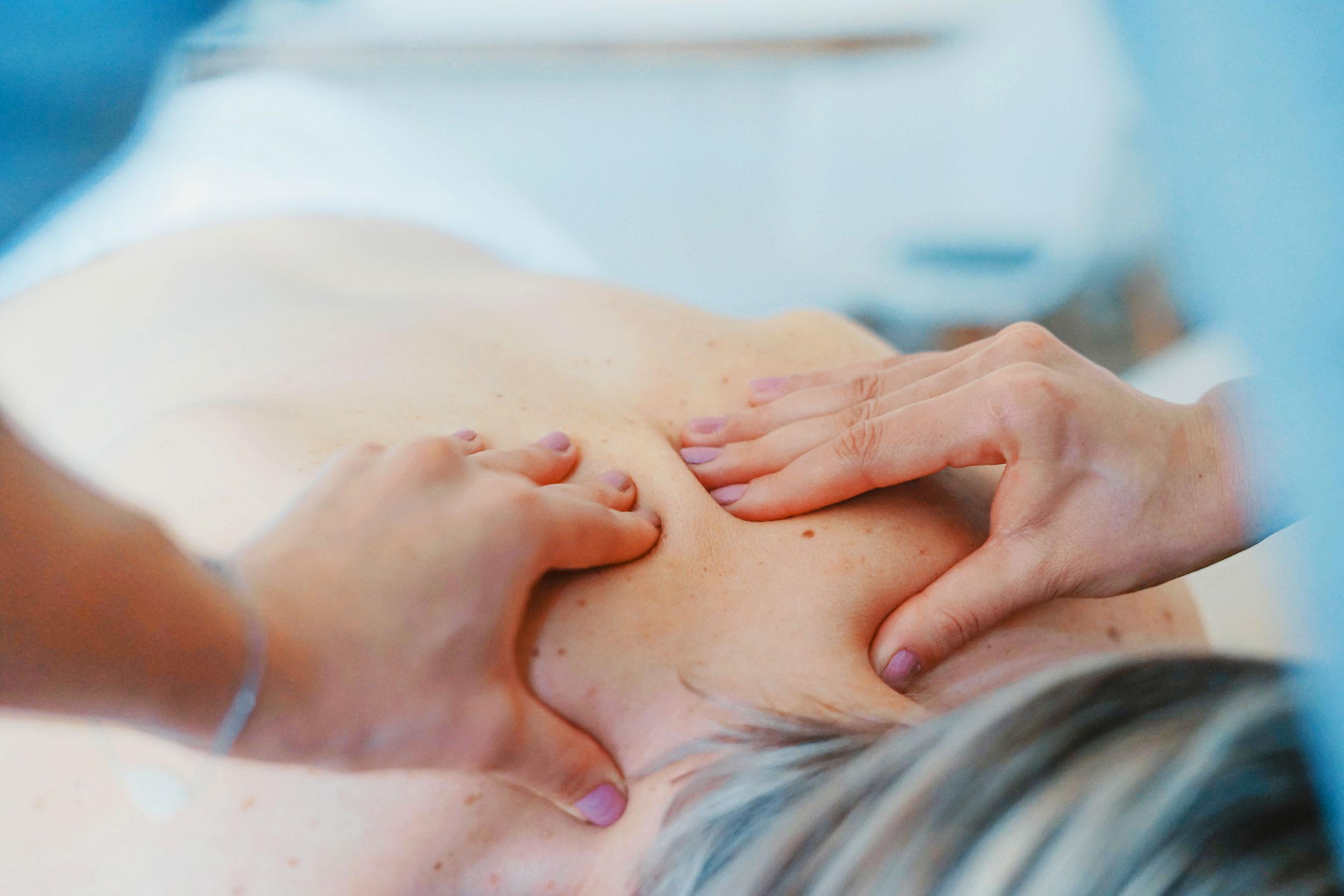 Physiotherapie Massage mit Händen Motiv